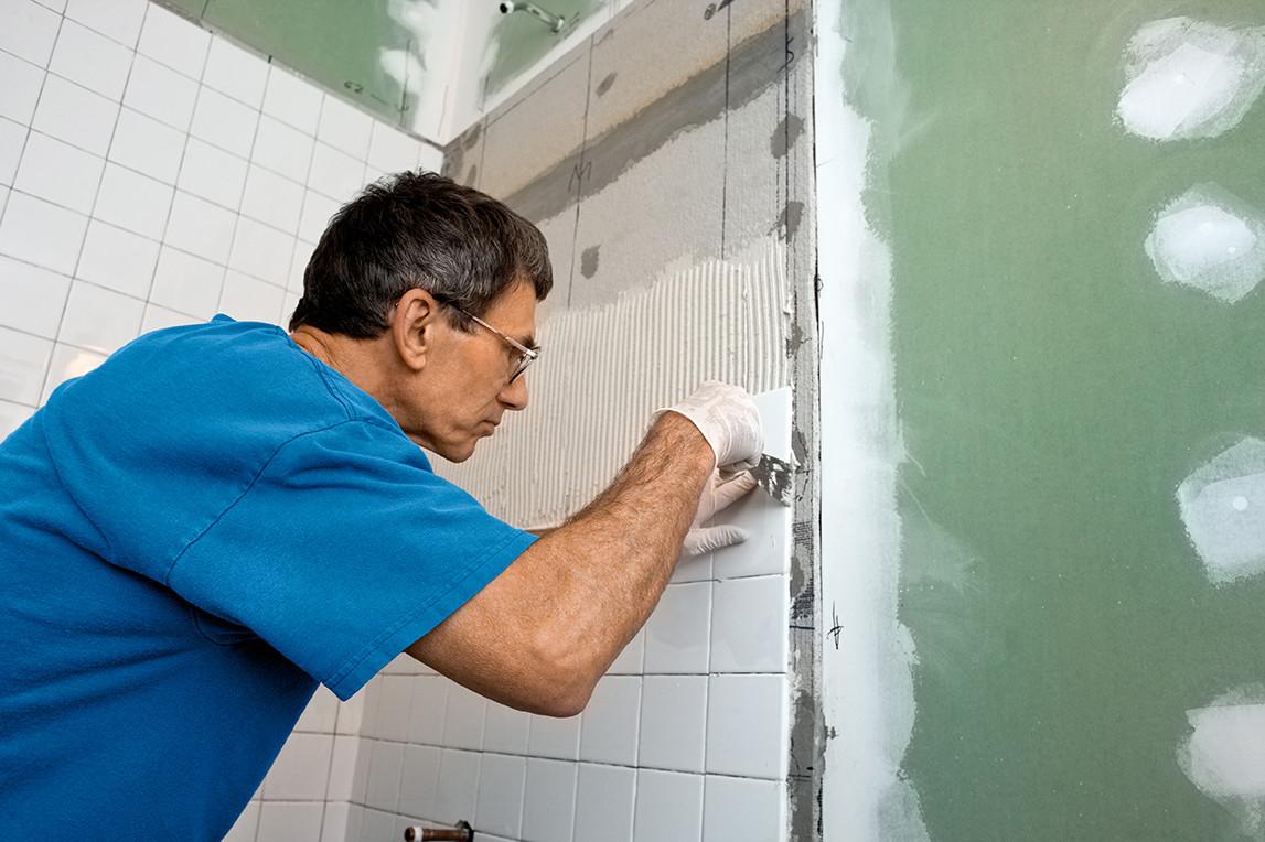Как положить плитку в ванной в деревянном доме своими руками